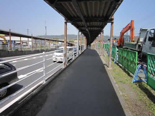 鍛治屋橋に向かう歩道